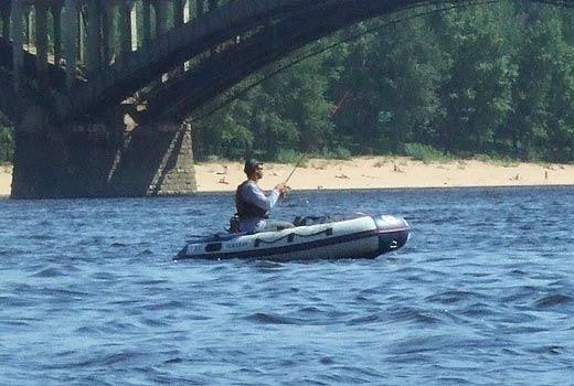 Рыбак на резиновой лодке